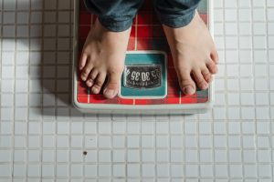 """Interdyscyplinarny zespół specjalistów z wieloletnim doświadczeniem w leczeniu zaburzeń odżywiania zaprasza dorosłych, młodzież i dzieci od 13 roku życia do Ośrodka """"Otulenie"""" w Warszawie. Prowadzimy holistyczną terapię anoreksji, bulimii, kompulsywnego jedzenia (kompulsywnego odżywiania się), ortoreksji, atypowych zaburzeń odżywiania"""